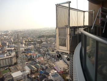 今日は高層マンションの外壁をゴンドラに乗って調査しました。ただでさえ高い所が苦手なのに風が強くユラユラと揺れて恐怖心が倍増・・・