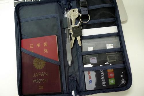 そんなわけで今回は無印良品(MUJI)のパスポートケースを購入しました。 このケースで上記の必須の持ち物のうち小切手以外は今回購入したケースに収納することが出来る  ...